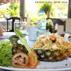Arroz servido en una piña acompañado de verduras