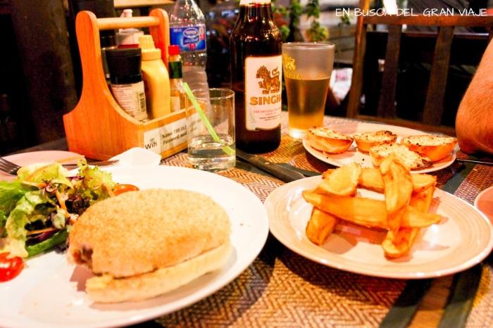 Hamburguesa con patatas fritas, pan de ajo y cerveza shingae