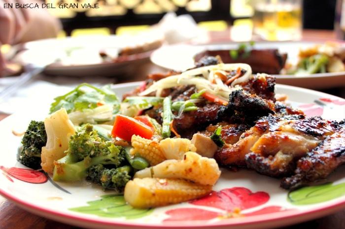 Alitas de pollo picantes con verduras
