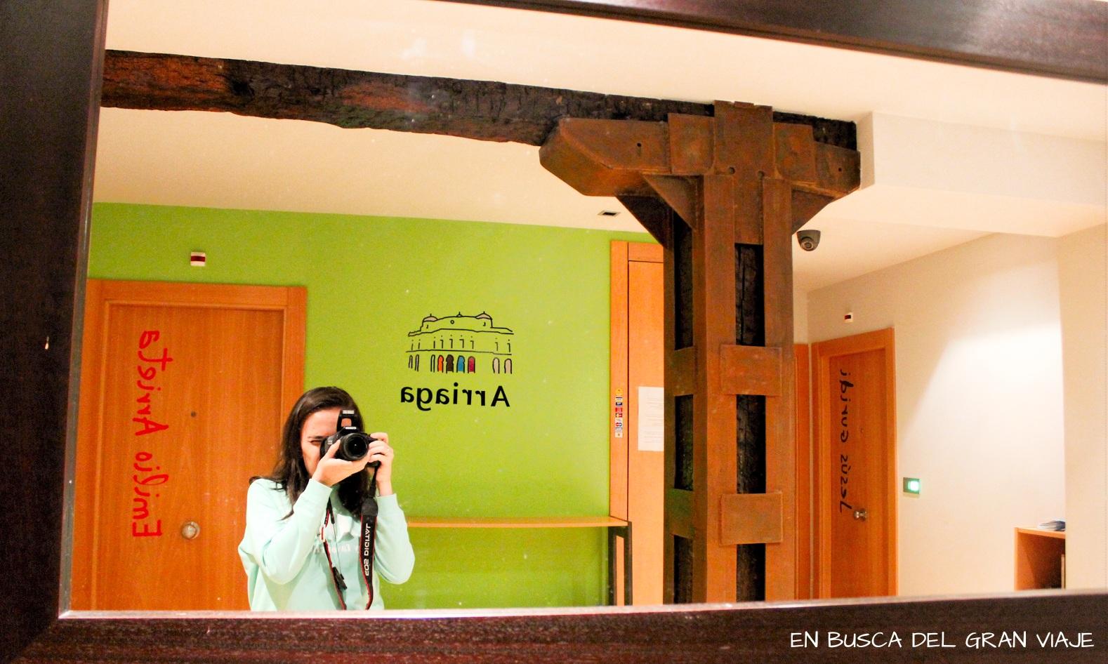 Recepción de la Pensión Arriaga y to haciendome una foto frente al espejo