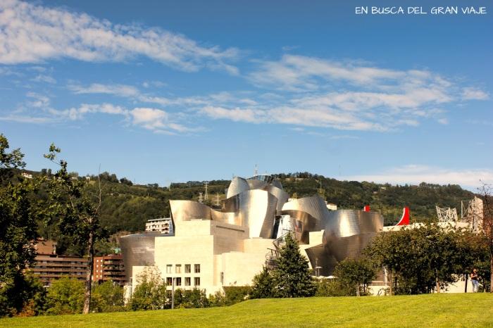 Vistas del museo Guggenheim des el parque república de Abando