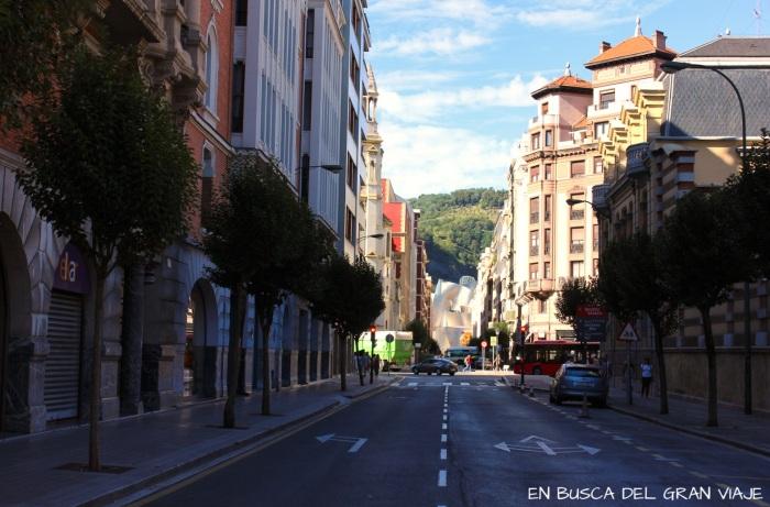 Una de las calles de Bilbao con el museo Guggenheim al fondo