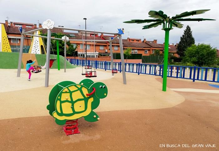 balancin con respaldo en forma de tortuga y las sillas al fondo