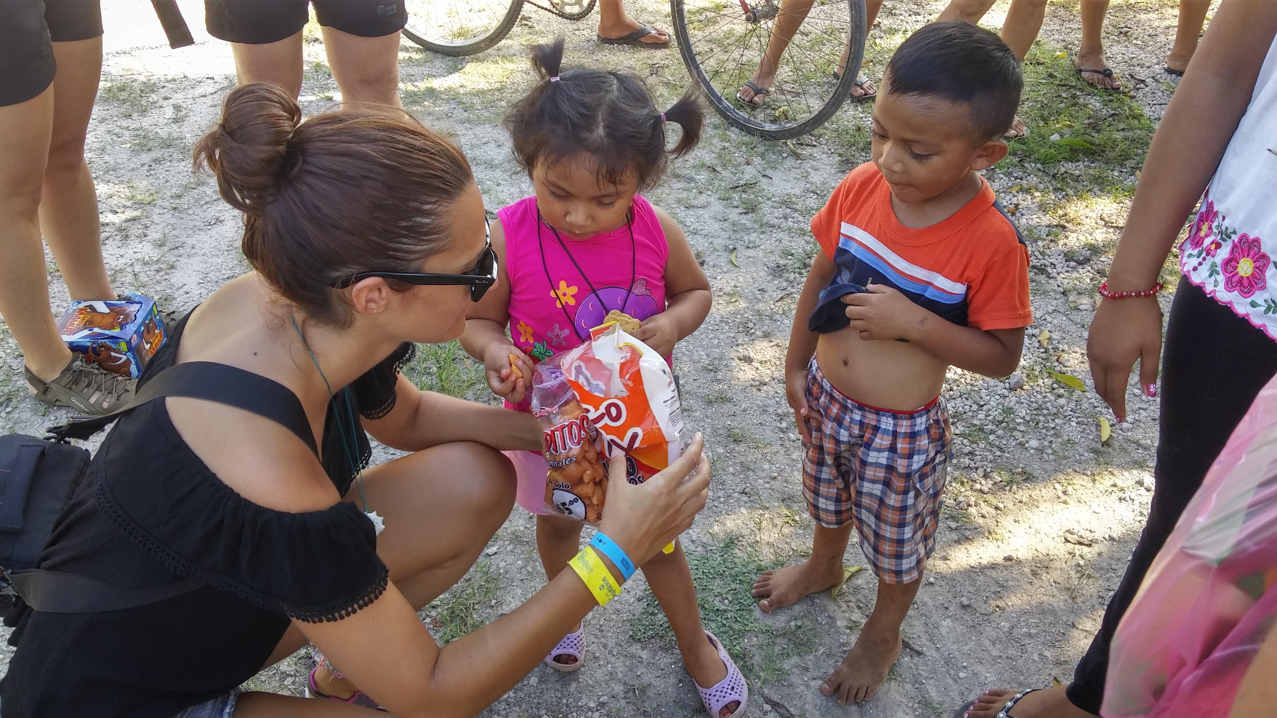 Lorena con los niños de una aldea en Me