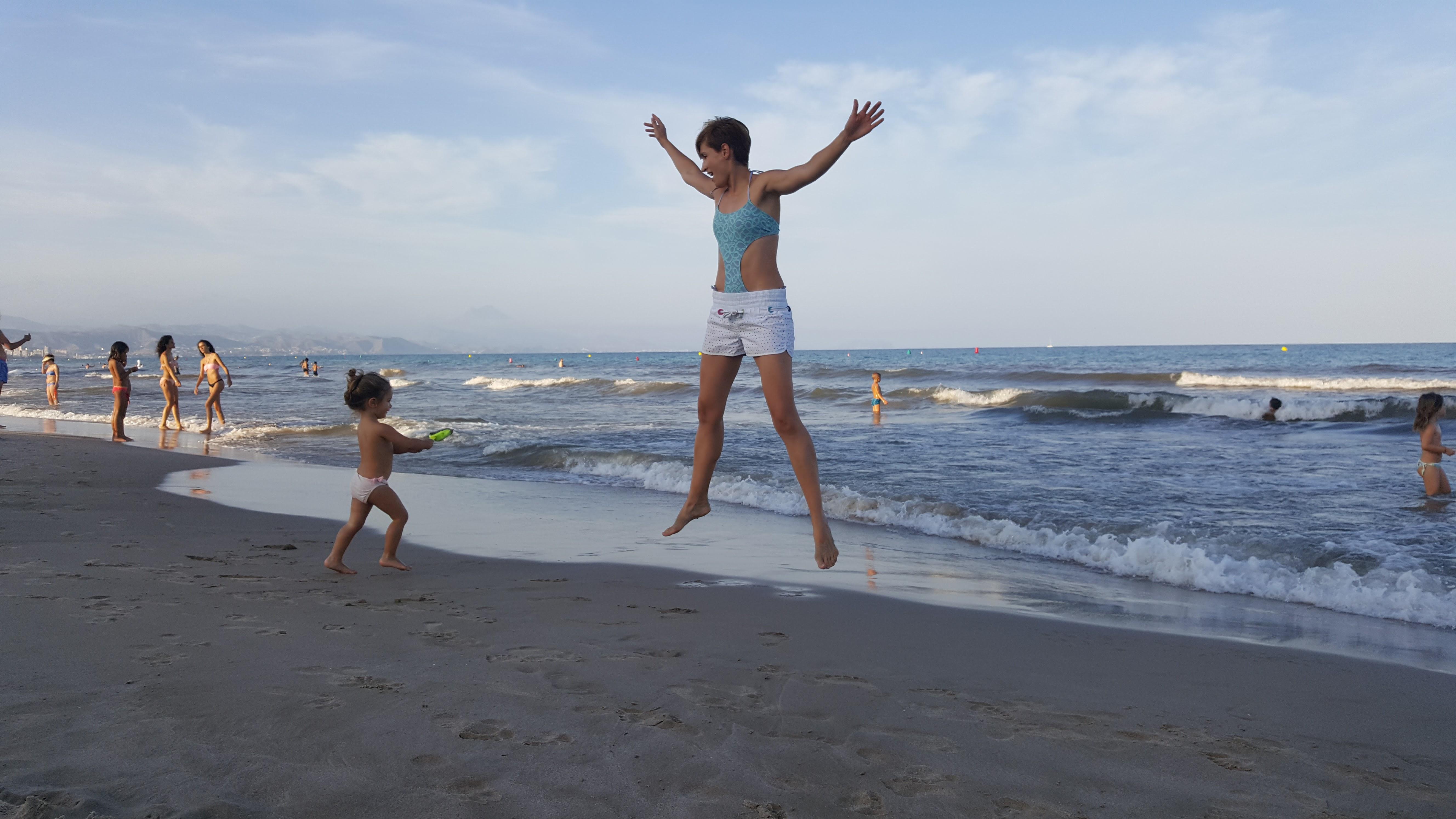 Andrea y Alma en la playa de San Juan, A