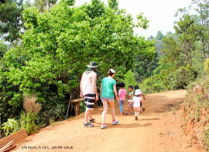 Recorriendo el pueblo con los NIÑOS