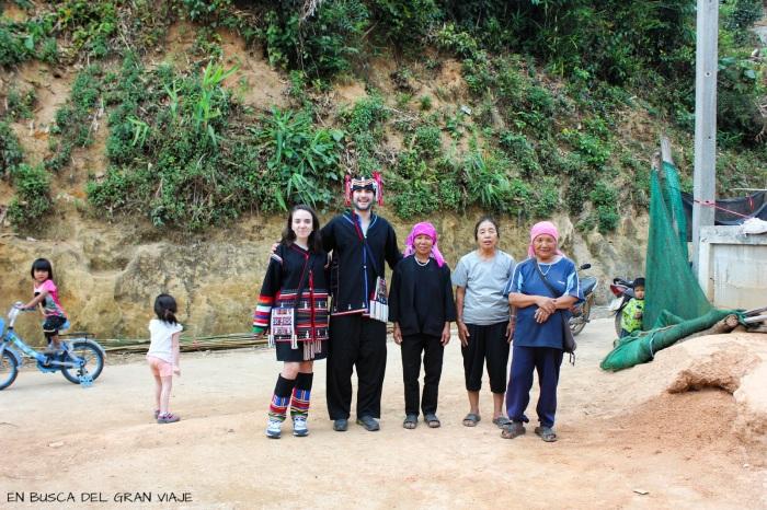 La familia de Ploy, José y yo con los trajes típicos y las niñas jugando con la bici