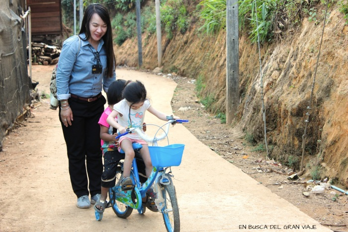 Paula y su amiguita jugando con la bici junto con Lucky