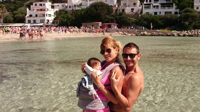 Toda la familia en una de las playas de Menorca