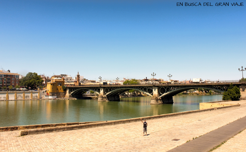 José en la orilla del río Guadalquivir frente al puente de Isabel II