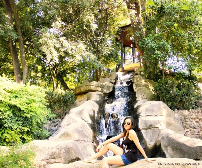 Foto de Sara a los pies de una pequeña cascada situada en el parque de Maria Luisa
