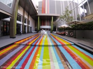 Piscina de colores del hotel
