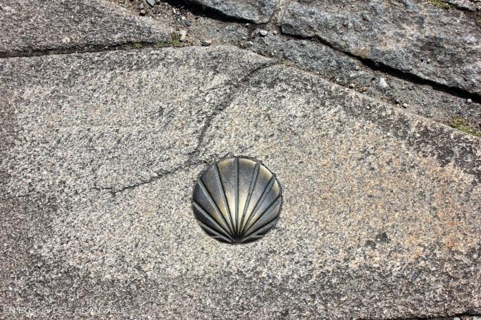 Concha del suelo indicando el camino de Santiago