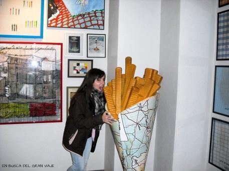 yo frente a un cucurucho gigante de patatas fritas