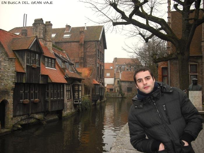 José en lo alto de un puente con vistas a los canales
